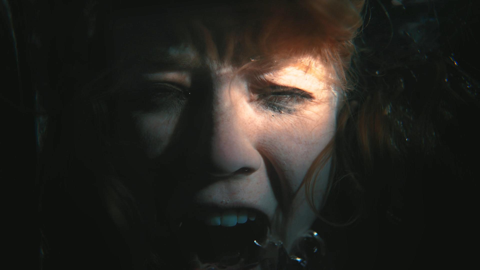 kvinnehode under vann. Øyene er halvvegs lukket og hun skriker.